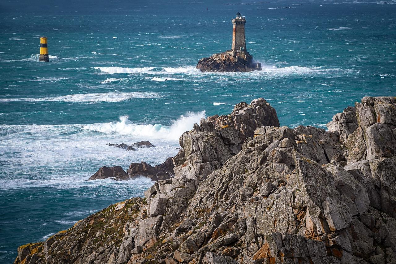 La Bretagne: une région française aux uniques falaises et belles plages.